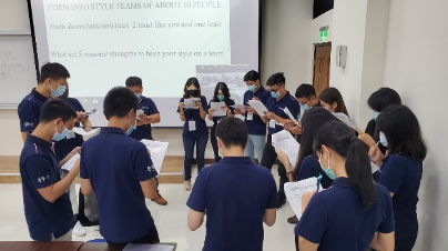 Students were reading their first case during case study session 學生們很認真在做他們的第一個個案研討