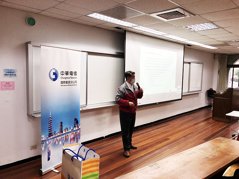 鄭名道教授與學生分享PMPO的課程內容Professor Ming Daw introduces the content of the PMPO course
